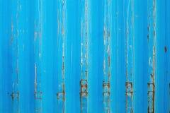 生锈的表面金属片与蓝色破裂的颜色油漆 在老色的金属的铁锈 免版税库存照片