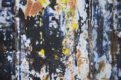 生锈的被弄脏的金属墙壁 库存图片