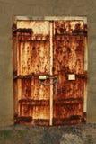 生锈的被挂锁的门 免版税库存照片