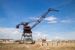 生锈的被放弃的口岸起重机在前阿拉尔市港口,哈萨克斯坦 免版税库存图片