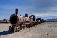 生锈的被放弃的火车在公墓Uyuni 库存照片