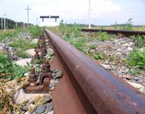 生锈的路轨宏观特写镜头奔跑到铁路死角里 免版税库存图片