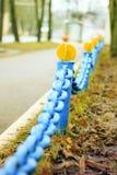 生锈的金属一个大老蓝色链子在城市 特写镜头 免版税图库摄影