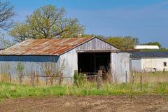 生锈的金属农厂棚子 免版税库存照片