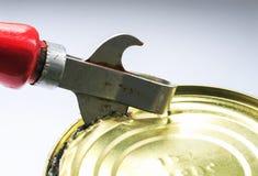 生锈的金属刀子打开金属罐子 库存照片