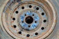 生锈的金属合金轮子汽车 免版税库存照片