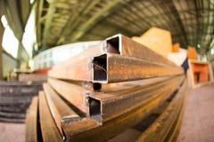 生锈的金属弯头在工厂 免版税库存图片