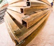 生锈的金属弯头在工厂 库存图片