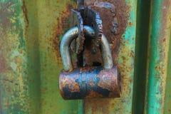 生锈的金属挂锁 库存照片