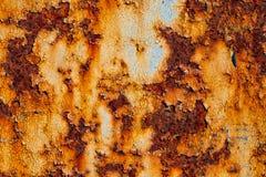 生锈的金属板料与破裂和片状油漆的 库存照片