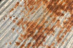 生锈的金属波纹状的金属背景 库存照片