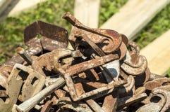 生锈的金属片断在站点的 免版税库存图片