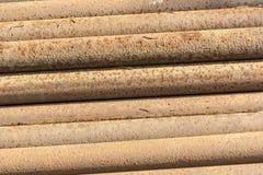 生锈的金属管子堆 免版税图库摄影