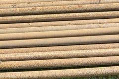 生锈的金属管子堆 免版税库存照片