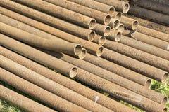 生锈的金属管子堆 免版税库存图片