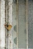 生锈的金属网和生锈的挂锁11 库存照片