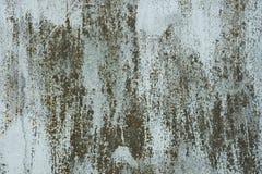 生锈的金属表面上的老油漆 库存图片