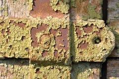 生锈的金属表面纹理与破裂的油漆的 库存图片