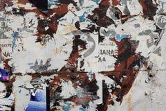 生锈的金属表面被撕毁的海报背景 库存照片