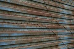 生锈的金属门背景 金属老生锈的纹理 金属老表面 免版税库存照片