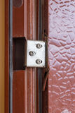 生锈的金属,和便宜地打破了在门的铰链 库存照片