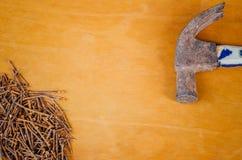 生锈的钉子和弦槌 免版税图库摄影