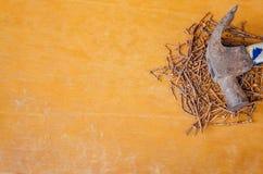 生锈的钉子和弦槌 库存图片