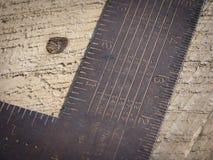 生锈的钢构筑的正方形细节在木材射线的 免版税库存照片