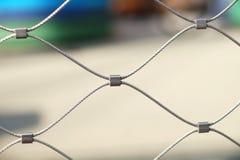 生锈的钢绳滤网篱芭,软的焦点 免版税库存图片