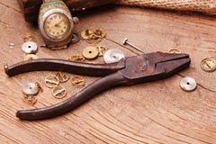 生锈的钳子和齿轮 库存图片