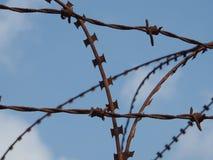 生锈的铁丝网有天空背景 免版税图库摄影