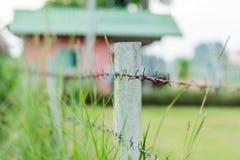 生锈的铁丝网篱芭选择聚焦 免版税库存图片