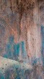 生锈的铁抽象难看的东西纹理与灰棕色,棕色和蓝色迷离,垂直的框架的 免版税图库摄影