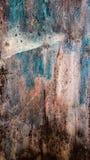 生锈的铁抽象难看的东西纹理与灰棕色,棕色和蓝色迷离,垂直的框架的 免版税库存图片