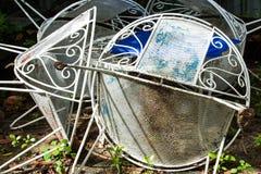 生锈的铁椅子,白色椅子在庭院里 免版税图库摄影
