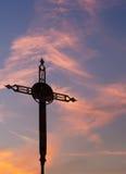 生锈的铁横渡日落天空 免版税图库摄影