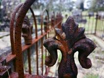 生锈的铁篱芭在蓝色Mou的公墓守卫一个老坟墓 免版税库存照片