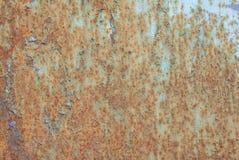 生锈的铁表面与老油漆、切削的油漆、创造性的背景生锈的金属,巨大背景或者纹理残余的  库存照片