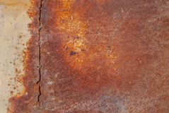 生锈的铁表面与老油漆残余的,橙色纹理,背景 免版税库存照片