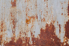 生锈的铁表面与老油漆残余的,灰色纹理,背景 免版税库存照片