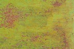 生锈的铁表面与老油漆残余的,绿色纹理,背景 免版税库存照片