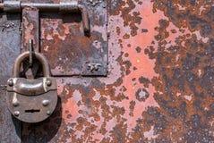 生锈的铁表面与老油漆背景残余的  图库摄影