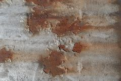 生锈的铁表面与老油漆,切削的油漆,灰色纹理,背景残余的  库存图片