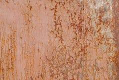 生锈的铁表面与老油漆,切削的油漆,米黄纹理,背景残余的  免版税库存图片