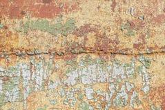 生锈的铁表面与老油漆,切削的油漆,米黄纹理,背景残余的  免版税库存照片