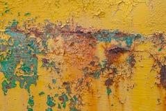 生锈的铁表面与老油漆,切削的油漆,纹理背景残余的  库存图片