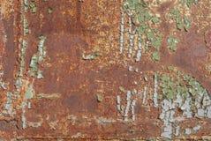 生锈的铁表面与老油漆,切削的油漆,纹理背景残余的  库存照片