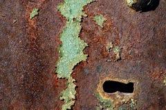 生锈的铁,在老金属su的破裂的绿色油漆纹理  库存照片