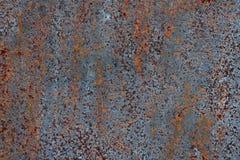 生锈的铁,老金属表面上的破裂的油漆,生锈的金属板料纹理与破裂和片状油漆的 免版税库存照片