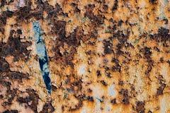生锈的铁,老金属表面上的破裂的油漆,生锈的金属板料纹理与破裂和片状油漆,抽象铁锈的 免版税库存图片
